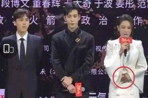 'Lý Mạc Sầu' Trương Hinh Dư bị nghi bầu bí lần hai khi liên tục sờ tay lên bụng