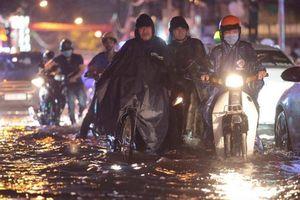 Mưa lớn kéo dài, đường ngập nửa bánh xe, dân hỗ trợ đẩy xe chết máy