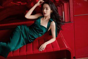 Địch Lệ Nhiệt Ba diện váy xanh khiến dân tình 'tim đập mạnh' vì quá đẹp và hoàn hảo