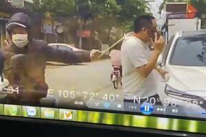 Mải 'buôn' điện thoại, người đàn ông bị tên cướp giật phăng chiếc dây chuyền