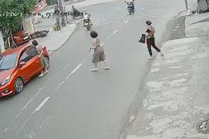 Nữ tài xế lùi thẳng ô tô vào nhà hàng xóm khi đang quay đầu xe