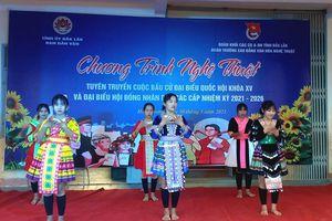 Người thiểu số ở Đắk Lắk nghe thông tin bầu cử bằng tiếng của dân tộc mình