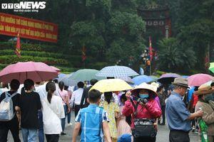 Nườm nượp du khách đội mưa đổ về Đền Hùng trong ngày khai hội