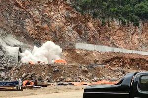 Cận cảnh nổ mìn, phá đá đào hầm xuyên núi bên bờ vịnh Hạ Long