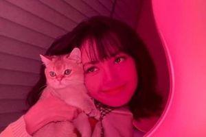 Đến lượt Lisa đăng ảnh selfie với chiếc gương đắt giá y chang Jisoo, hóa ra đây quà tặng