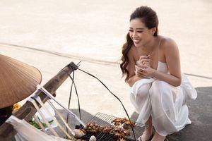 Hoa hậu Khánh Vân ăn hải sản nướng, trứng vịt lộn ở quán vỉa hè