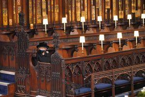 Vì sao Nữ hoàng Elizabeth ngồi một mình trong tang lễ hoàng thân