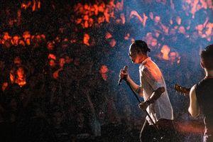 Bức Tường 'cháy' trong mưa cùng hàng nghìn khán giả