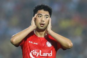 Lee Nguyễn bị đuổi trong trận thua của CLB TP.HCM trước Nam Định