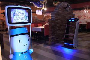 Không tuyển được nhân viên, nhà hàng sử dụng robot phục vụ