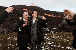 Hai người đàn ông làm lễ cưới dưới ngọn núi lửa phun trào