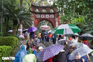 Hàng nghìn du khách 'đội mưa' đi lễ đền Hùng dù chưa tới ngày khai hội