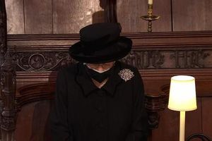 Nữ hoàng Anh lặng lẽ lau nước mắt khi tiễn đưa Hoàng thân Philip