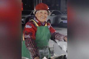 Cụ bà 96 tuổi vẫn bán hàng rong ban đêm nổi tiếng trên mạng xứ Trung