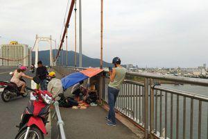 Đau lòng nhìn cha mẹ già co ro trên cầu ngóng chờ tìm kiếm thi thể con