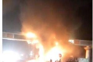 Xe đầu kéo đâm cổng chào bốc cháy dữ dội ở Thanh Hóa