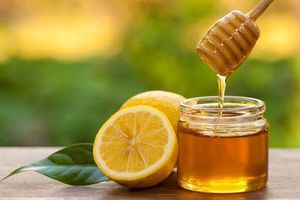 Tẩy sạch lông mặt với vài giọt chanh và mật ong