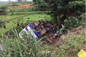 Ô tô chở công nhân bị lật sau va chạm với xe máy, 32 người thương vong