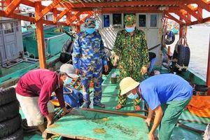 Phát hiện tàu cá chở lượng lớn dầu không rõ nguồn gốc