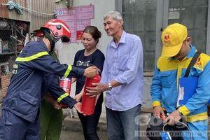TPHCM: 'Đi từng ngõ, gõ cửa từng nhà', dặn dò bà con phòng chống cháy nổ