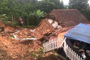 Mưa lớn làm sạt lở vào nhà dân ở huyện Quốc Oai