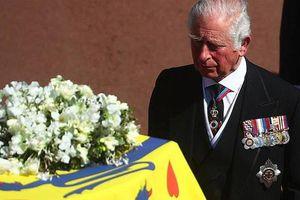 Thái tử Charles rơi nước mắt tiễn đưa cha