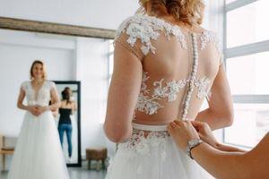 Bị hủy cưới vì Covid-19, cô gái mặc váy trắng đi tiêm vaccine