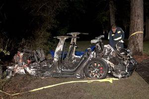Nghi vấn xe Tesla gặp tai nạn thảm khốc do không ai cầm lái