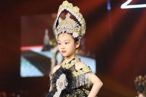 Con gái Lý Tiểu Lộ - Giả Nãi Lượng làm người mẫu thời trang