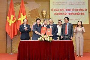 Đồng chí Bùi Văn Cường nhận quyết định làm Bí thư Đảng ủy Cơ quan Văn phòng Quốc hội