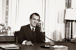 Bộ ảnh các Tổng thống Mỹ dùng điện thoại tại văn phòng