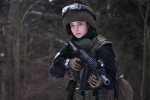 Soi sắc vóc tựa 'búp bê sống' của 'thiên thần quân đội' Nga