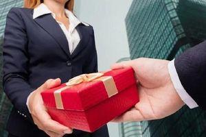 Gói quà đến nhầm địa chỉ tố tội ngoại tình khủng khiếp của chồng