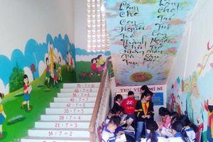 Gốc cây, gầm cầu thang 'hóa' thư viện cho học trò nơi rẻo cao xứ Nghệ