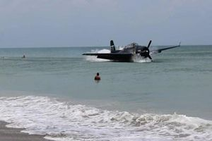 Máy bay ném bom Tổng thống Bush (cha) từng lái phải hạ cánh khẩn cấp giữa bãi tắm đông người
