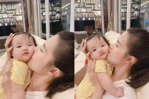 Tập hát 'vất vả', bé Winnie thích mê khi được mẹ Đông Nhi 'ban thưởng' thơm má