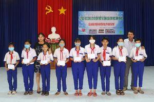Trao học bổng Xổ số kiến thiết An Giang và tặng quà cho học sinh xã Vĩnh Nhuận