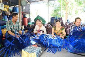 Cải thiện thu nhập với nghề đan giỏ nhựa