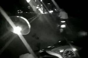 Hai thanh niên chạy xe máy lạng lách, ném ớt bột vào CSGT