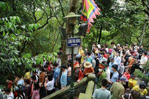 Hơn 30.000 du khách đổ về đền Hùng dịp cuối tuần