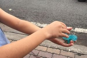 Mối lo từ thực phẩm, đồ chơi trước cổng trường