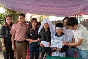 Hà Tĩnh: Quà nhân ái đến với cậu bé nghèo khó học giỏi chăm bố bị ung thư gan