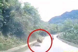 Tảng đá bất ngờ rơi từ trên núi xuống đường quốc lộ ở Sơn La