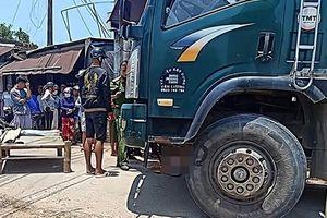 Va chạm với xe tải, 2 cháu bé tử vong tại chỗ