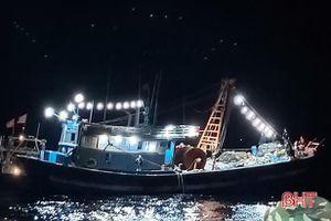 Bắt giữ 2 tàu cá ngoại tỉnh dùng giã cào đánh bắt sai vùng biển quy định