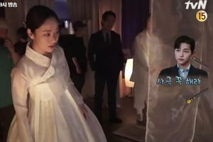 'Vincenzo': Song Joong Ki mê đắm Jeon Yeo Bin khi cô diện trang phục Hanbok