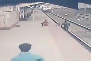 Giải cứu em bé trước mũi tàu hỏa trong gang tấc