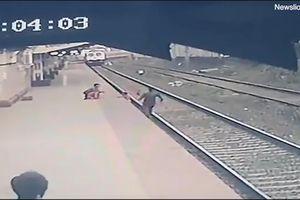 Ngã xuống đường ray, em bé may mắn được cứu trước mũi tàu