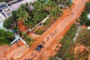 Bình Thuận: Lũ cát đỏ vùi ô tô, gây ách tắc giao thông