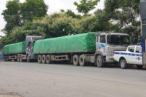 CSGT dừng các ô tô trước hầm chui bắt 2 xe tải chạy đánh võng